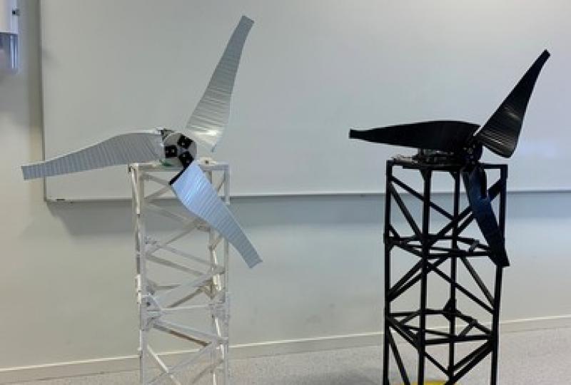 Foto av vindturbin som er laget av elever